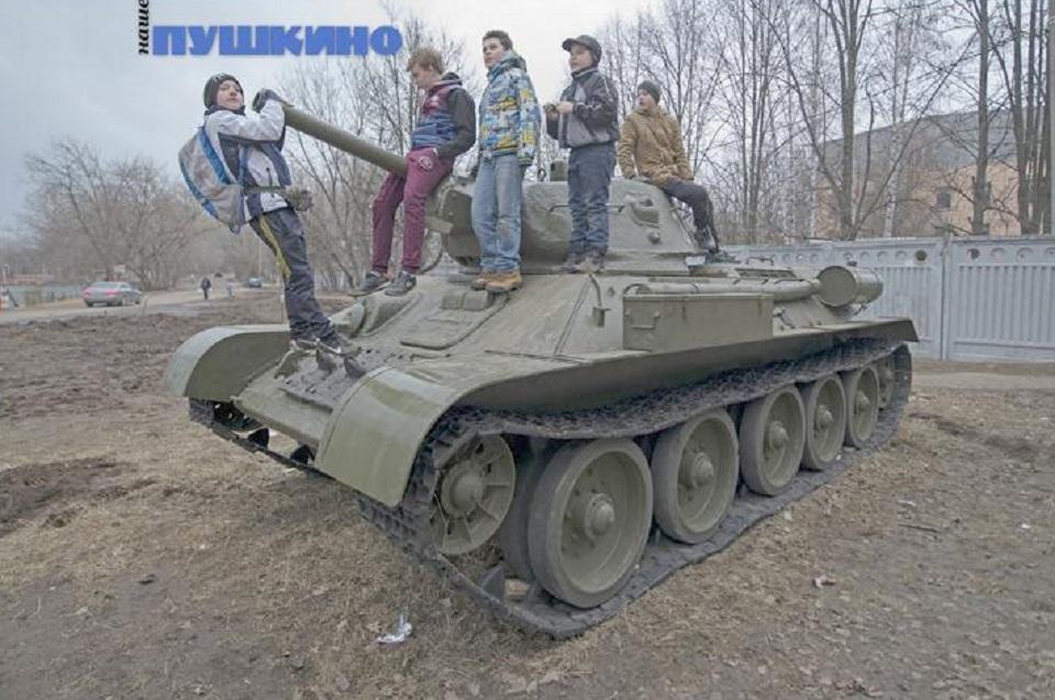мальчишки у танка.jpg
